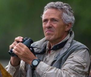 Piet J. van den Hout met een verrekijker