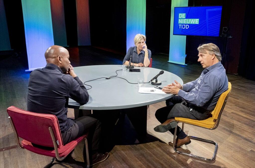 3 sprekers aan tafel in Studio De Balie