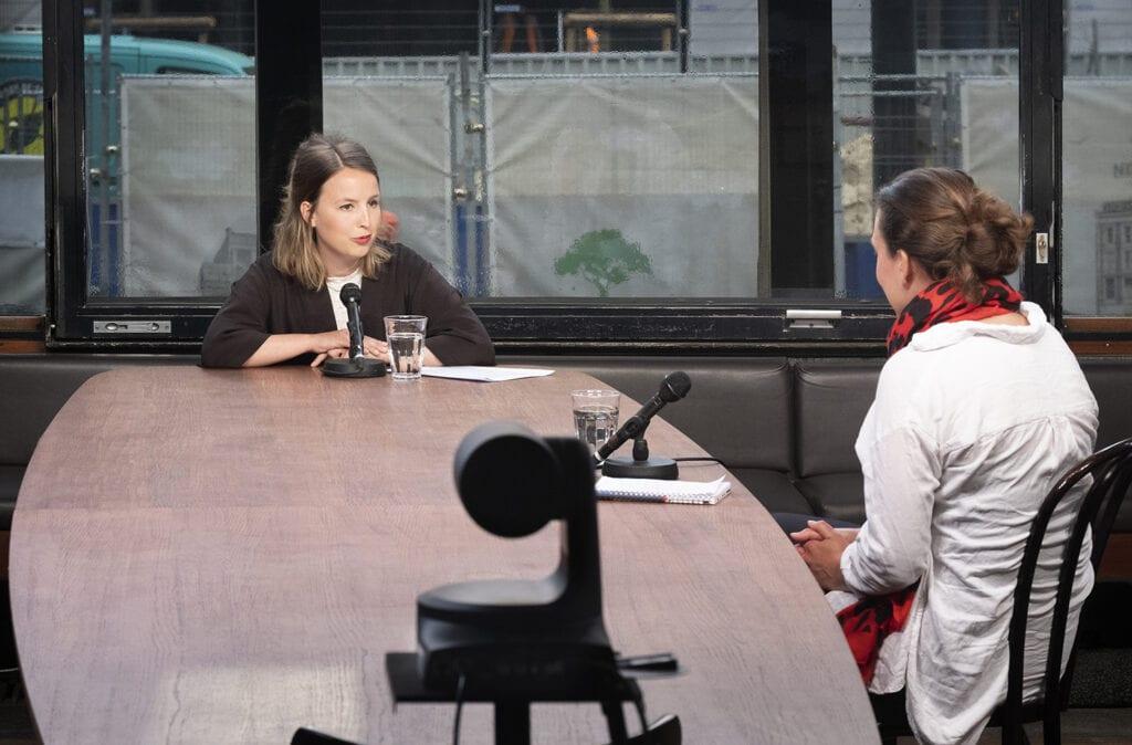 Programmamaker Anne-Marijn in gesprek in Studio De Balie
