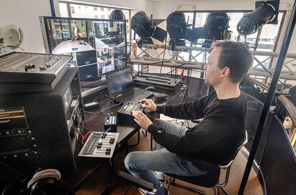 Onze Studio De Balie technicus aan het werk